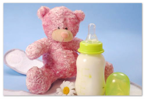 Бутылочка с молоком и мишка.