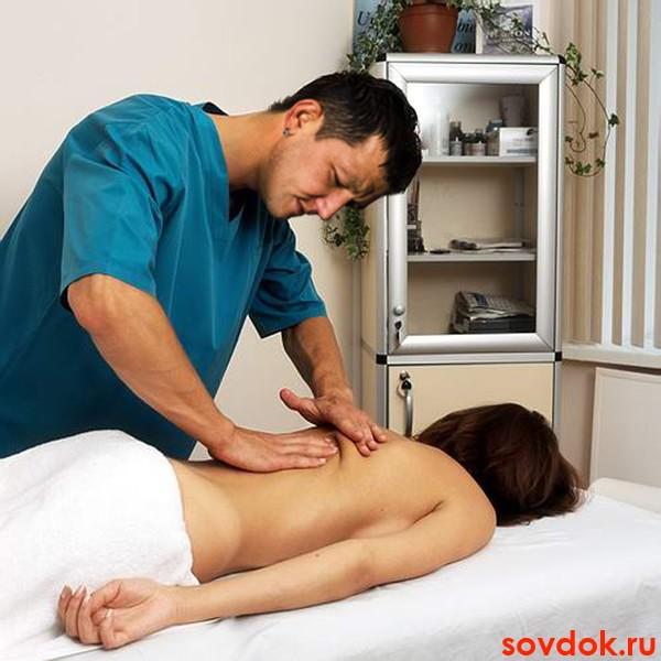 Мужчина делает женщине массаж