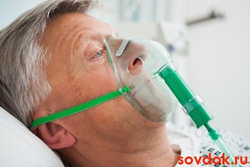 мужчина с кислородной маской на лице