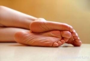 Фото ног к статье о лечении кровавых мозолей