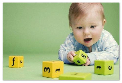 Малыш играет с кубиками
