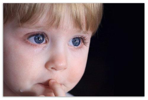 Ребенок в слезах.