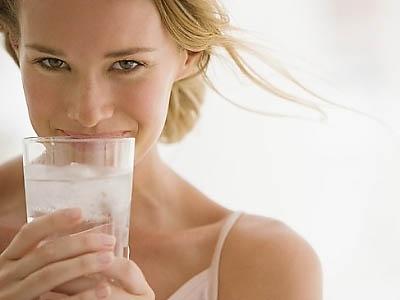 женщина пьет газированную воду