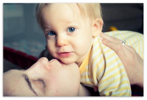 Мама целует ребенка.