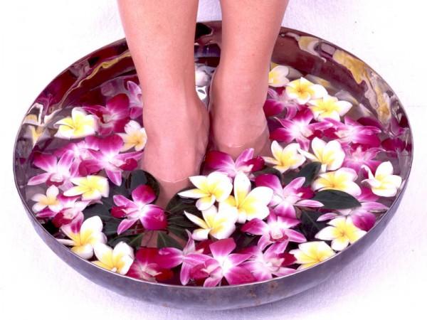 Ноги опущены в ванночку с красивыми цветами
