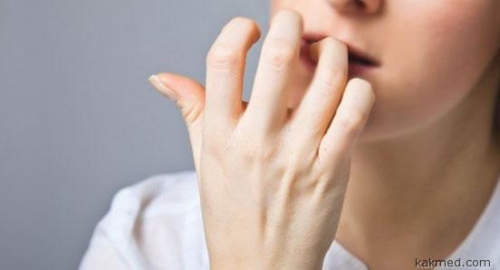 девушка грызет ногти