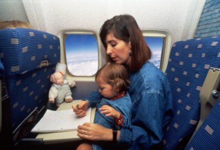 Как лететь на самолете с ребенком
