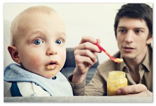 Папа кормит малыша пюре