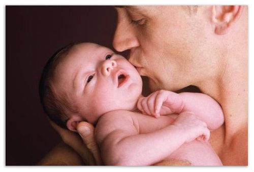 Папа целует кроху.