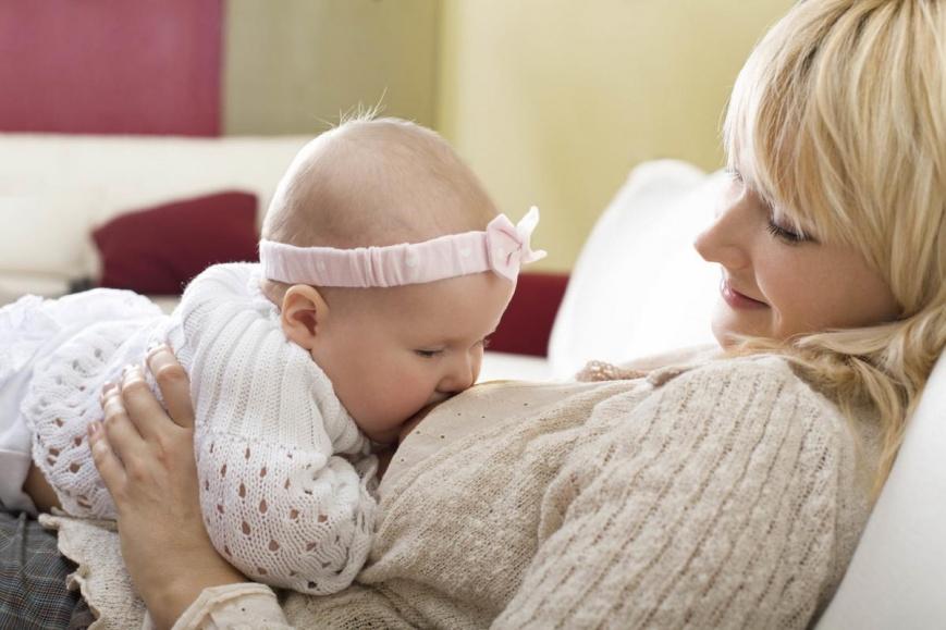 Первые недели кормления новорожденного: что делать?