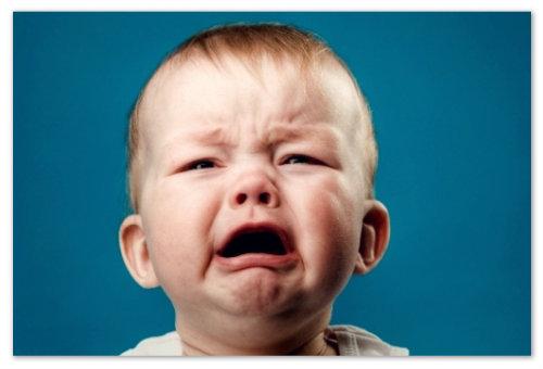 Ребенок плачет.