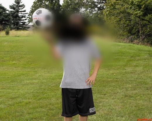 мальчик с мячом плохо виден при нарушении зрения