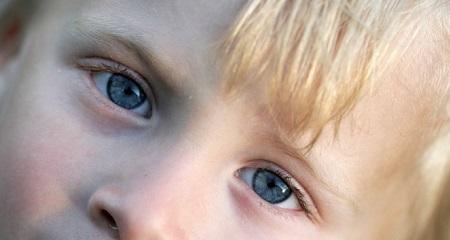 Болят глаза у ребенка: возможные причины