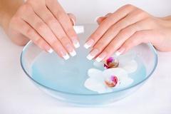 Почему появляются белые пятна на ногтях?