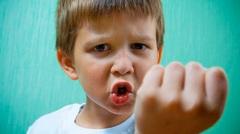 Почему ребенок бьет себя?