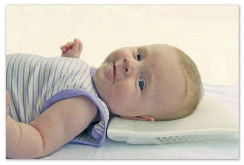 Что подложить под голову новорожденному?