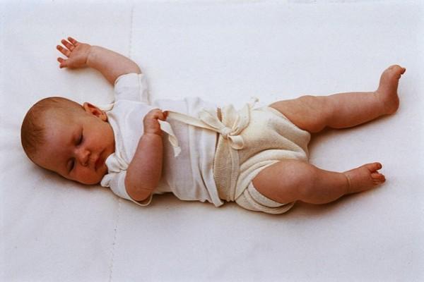 Пеленание новорожденных: широкое пеленание (картинки)