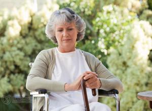 пожилая женщина сидит