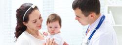 ребенок на руках у мамы и врач