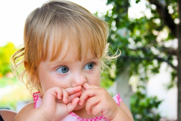 Ребёнок ковыряется в носу