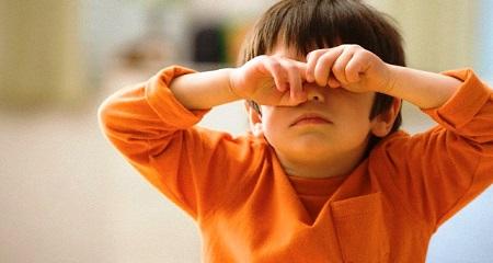 Ребенок трет глаза: возможные причины