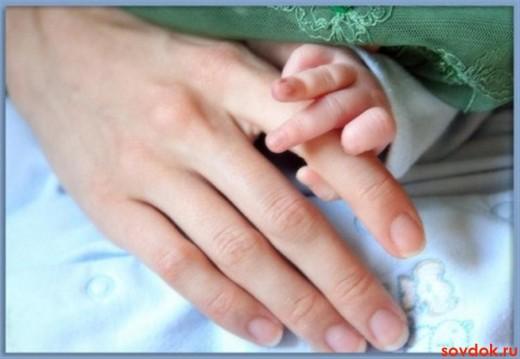 рука матери и ребёнка
