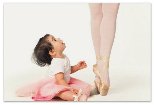 Девочка рядом с балериной.