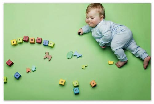 Ребенок с кубиками.