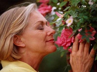 женщина нюхает цветы