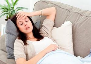 Симптомы заболевания разные: слабость, общая слабость, бледность, боль в сердце
