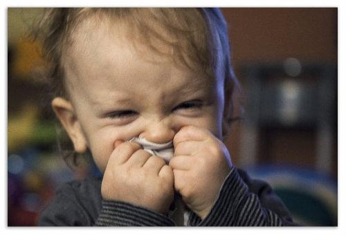 Малыш чихает.