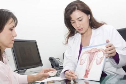 врач показывает женщине строение матки