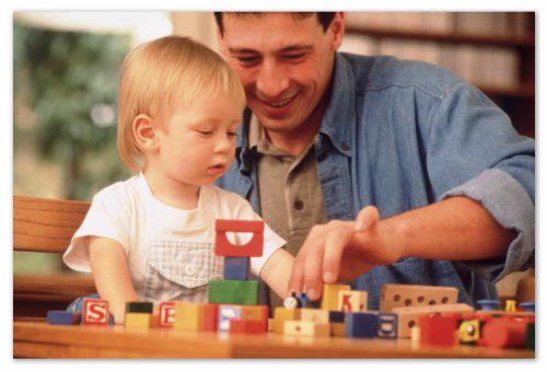 Сын с папой играют в конструктор.