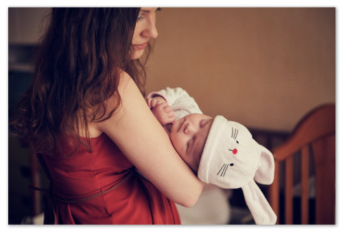 Мама укачивает малыша.