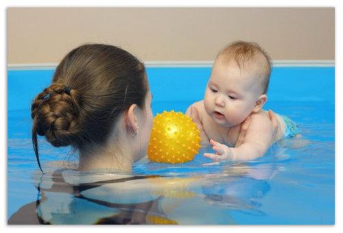 Плаваем с мамой в бассейне.