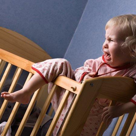 Почему ребенок беспокойно спит: причины, что делать