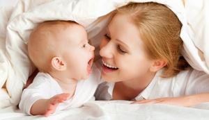 Во сколько месяцев ребенок начинает держать голову