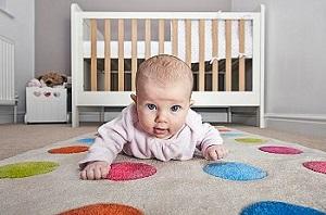 Когда начинает держать голову малыш