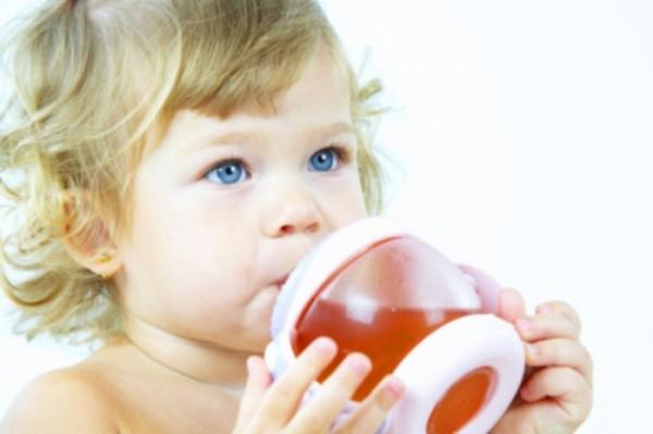 Ребёнок пьёт воду — восполнение жидкости