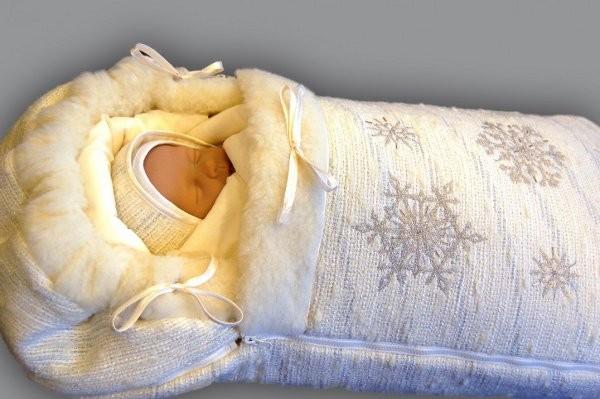 Новорождённый малыш (кукла) в тёплом зимнем конверте