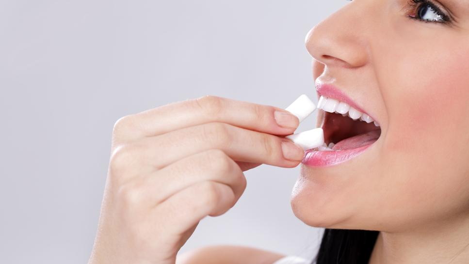 Неприятный запах изо рта: как устранить проблему