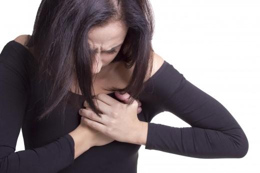 Женщина испытывает боль в сердце